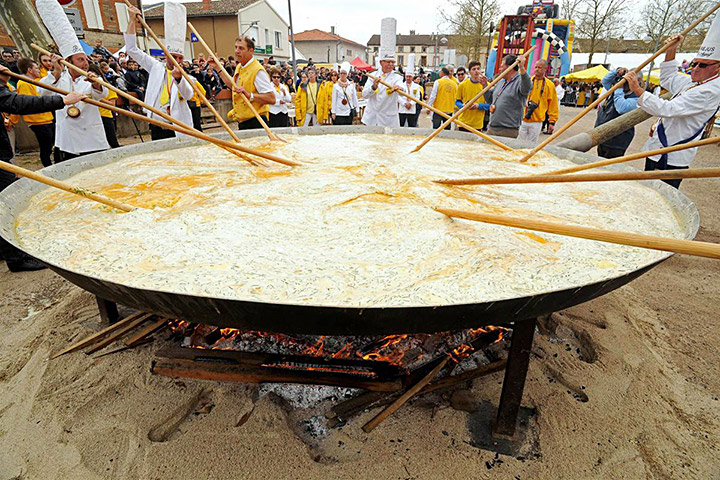 French Cook a Giant Omelette with 15 000 Eggs