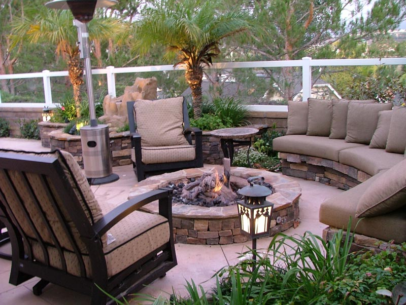 Outdoor fire pit seating ideas quiet corner for Patio ideas with fire pit on a budget