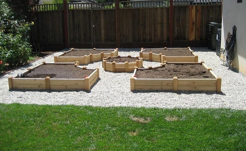 How to Build A U-Shaped Raised Garden Bed h (5)