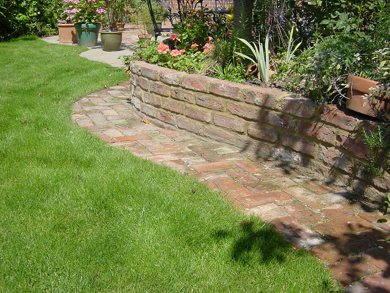 Inspiring retaining walls ideas quiet corner for Designs for brick garden walls