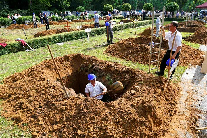 Hungary Gravediggers Compete in National Race