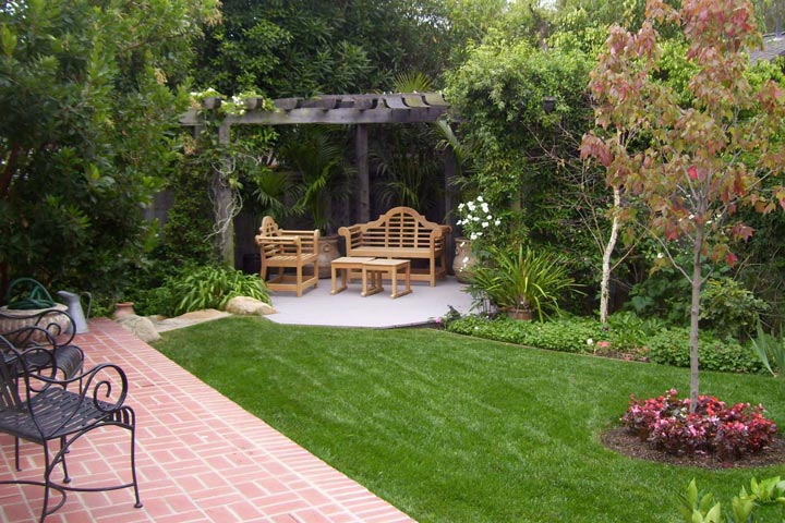 Backyard landscape ideas with natural touch quiet corner for Backyard corner ideas