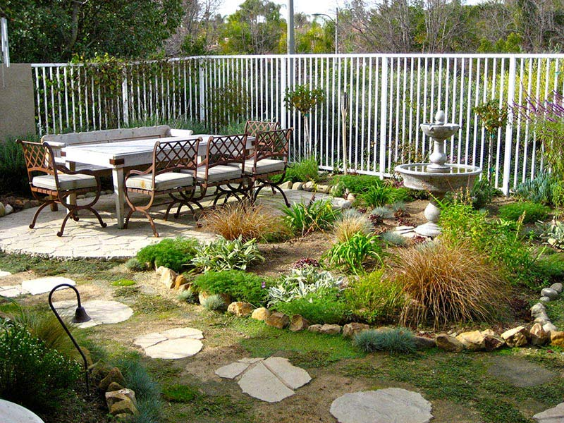 Small yard landscaping design quiet corner for Outdoor garden ideas for small spaces