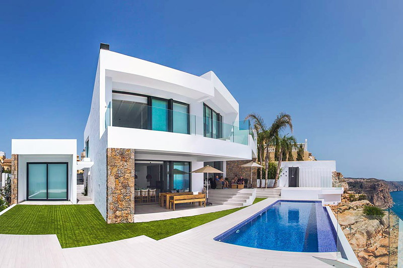 Contemporary Seafront Villa by IncommunStudio