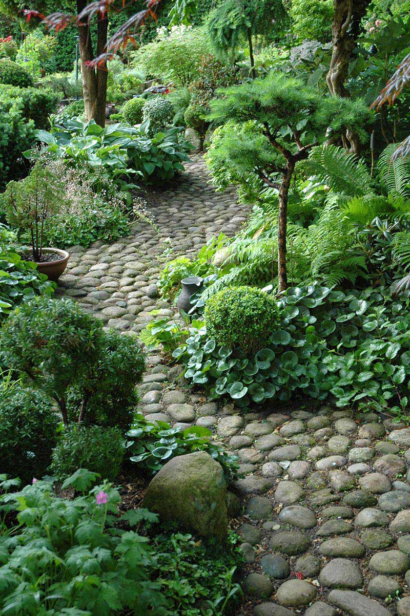 Beautiful garden paths made of natural stone quiet corner for Landscaping ideas stone path