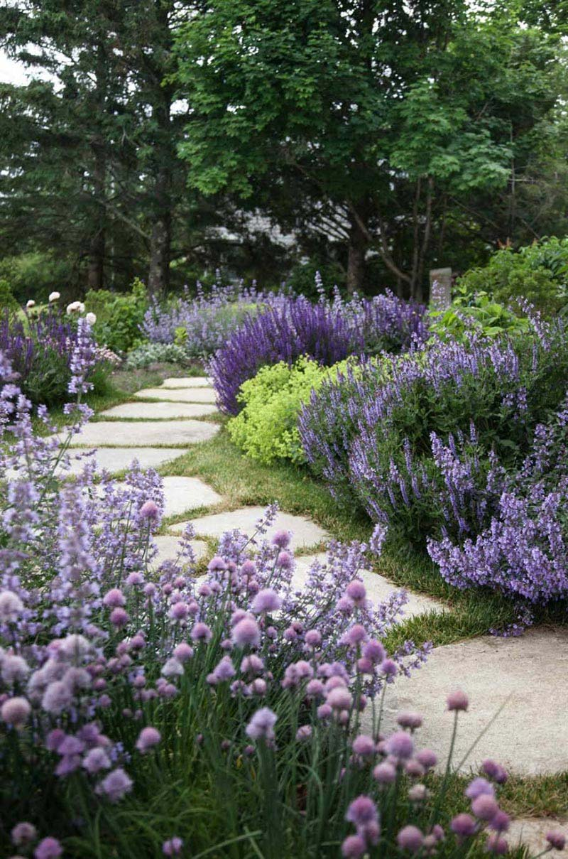 Beautiful garden paths made of natural stone quiet corner for Beautiful gardens landscaping