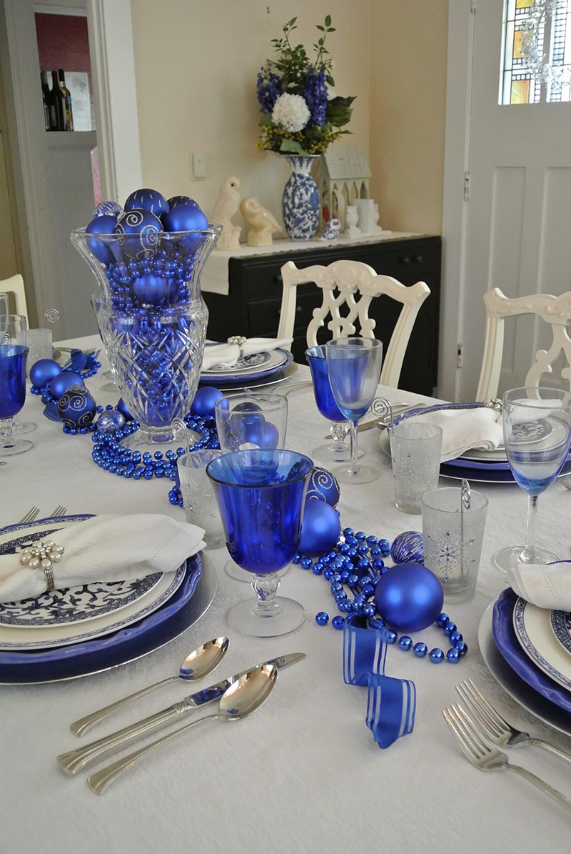 Ideas for christmas table decorations quiet corner for Small table setting ideas