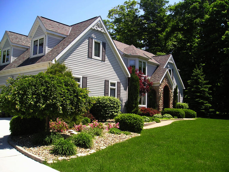 38 Homes That Turned Their Front Lawns Into Beautiful: Quiet Corner:Front Yard Landscaping Ideas And Tips